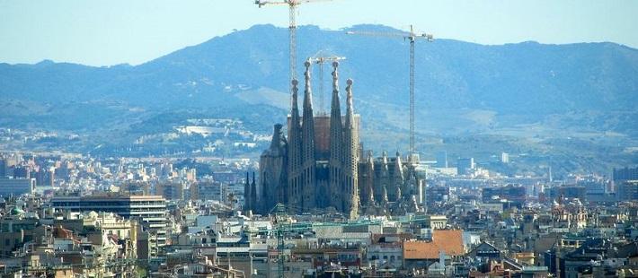Matkaopas Barcelonaan. La Sagrada Familia tuskin koskaan valmistuu.