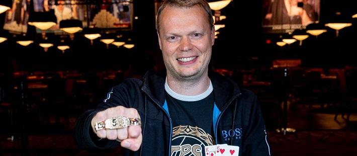 Juha Helppi ja WSOP-ranneke.
